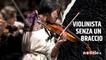 Violinista senza un braccio, è anche infermiera e nuotatrice paralimpica: la favola di Manami Ito