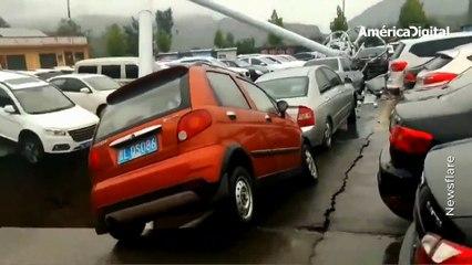 Varios vehículos se hundieron en un enorme sumidero que se abrió en un estacionamiento de China