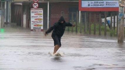 """Homem """"surfa"""" em rua alagada em Vila Velha"""