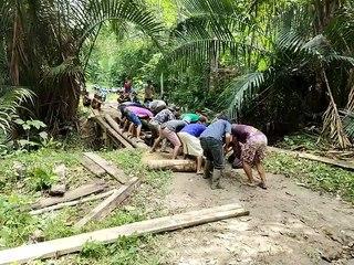 Masyakarat Adat Talang Jerinjing Perbaiki Jembatan Sungai Tolang