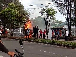 Petugas Berupaya Memadamkan Kebakaran Mobil Pembawa BBM