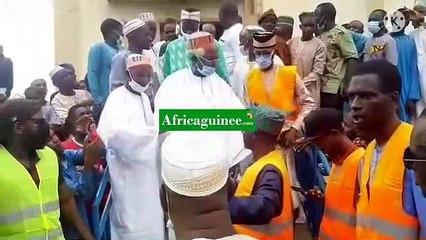 Des sages prient à la mosquée de Bambéto