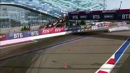 Une voiture de drift termine sa session avec ses pneus en feu
