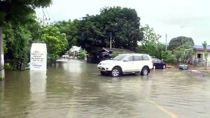 สุพรรณบุรี ฝนถล่มน้ำล้นเขื่อนกระเสียวรอบ10ปีทะลักท่วมสุพรรณชาวบ้านดงตาลเข็นรถหนีน้ำ(คลิป)
