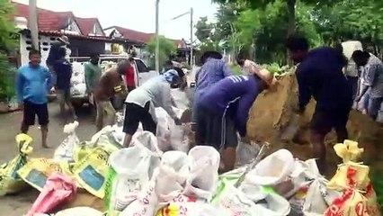 ฝนถล่มน้ำล้นเขื่อนกระเสียวรอบ10ปีทะลักท่วมสุพรรณชาวบ้านดงตาลเข็นรถหนีน้ำ