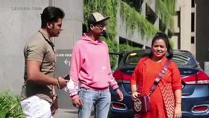 सड़क पर पति हर्ष के साथ करणवीर बोहरा की टांग खींचते हुए मजेदार भारती सिंह