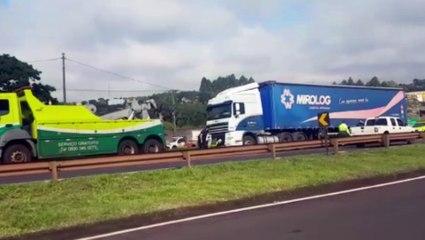 Caminhão quebrado deixa trânsito lento na BR-277 em Cascavel