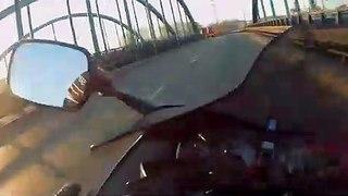 Ce motard croise une moto sans pilote qui vient se garer à côté de lui