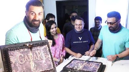 Sunny Deol Celebrates 65th Birthday, Cuts Gadar 2 Special Cake