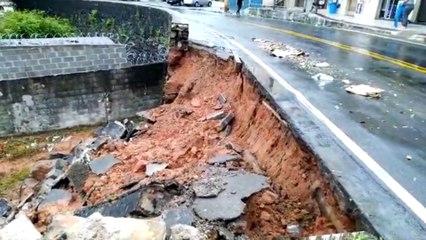 Após chuva, muro desaba em avenida do bairro Santo Antônio, em Vitória