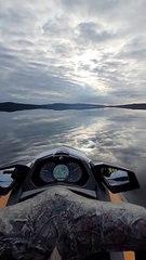 Jetski sur un lac miroir