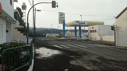 La colada, a punto de engullir la gasolinera de La Laguna