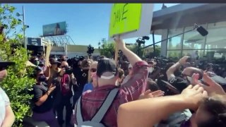 Netflix Walkout Because of Dave Chappelle Special About Transgender, Protester Footage VS Dave Supporters