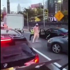 Un conducteur pète un câble pendant un contrôle routier et sort de sa voiture pour frapper les policiers (New York)