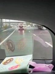 Un camion ne se rend pas compte qu'il pousse tranquillement une voiture sur une autoroute