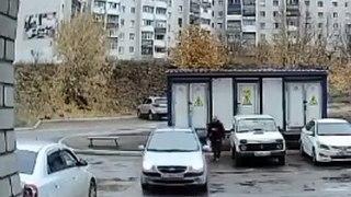Elle prend sa voiture mais n'ira pas plus loin que son parking (Russie)