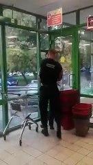 Un homme sans masque fait le chaud avec un vigile et tombe sur le mauvais gars (Russie)