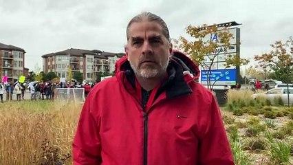 Le directeur de la Halte du coin explique les motifs de la manifestation (Le Reflet - Guillaume Gervais)