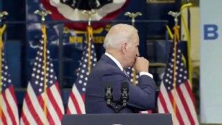 Joe Biden tousse dans sa main et va serrer des mains dans le public