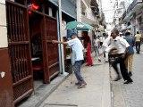 homme agé qui danse dans les rues de La Havane à Cuba