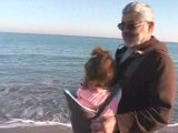 Rachel balade avec papy sur la plage