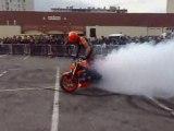 Duke Acrobatie fume le pneu