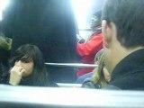 Chanteur et guitariste dans le train de Métro de Paris