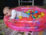 Noah 6 mois dans sa piscine a balles de la maison