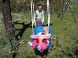 Drew joue avec Emma à la balançoire