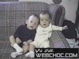 bebe a le ok et fait rire un autre bebe