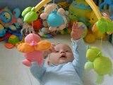 Clément joue dans son lit