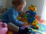 Théo joue sur son tapis de jeu