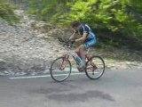 gamelle velo en cote ( idiot de cycliste (^_^) )