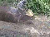 400 ltz traverse une grosse flaque bien boueuse...