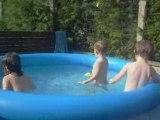 Margot,lea et paul dans la piscine