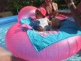 vidéo de lily dans la piscine