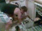 Nielsen qui range la vaisselle dans le lave-vaisselle