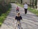 Lucas sur son petit vélo