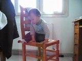 Gauthier monte tout seul sur une chaise