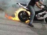 burn moto avec pneu en feu