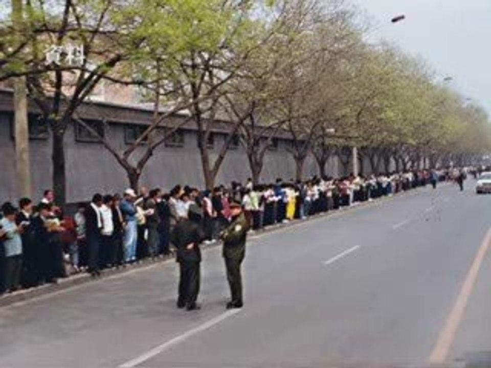 Hơn 10.000 học viên Pháp Luân Công tập trung trên phố Fuyou ở Bắc Kinh vào ngày 25/4/1999.