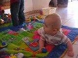 Jules joue sur le tapis