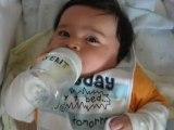 Boire son biberon tout seul et d'une main a 3 mois d'age