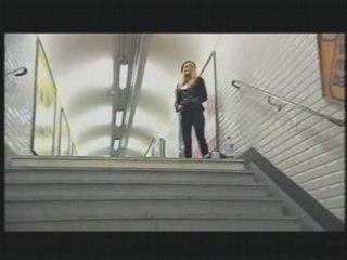 Nesta Wyn Ellis singing in metro