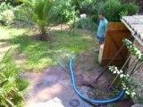 Aston 5mois joue dans l'eau de la piscine......