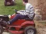 Régis fait du tracteur tondeuse