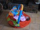 charlotte joue avec son tapis d'éveil