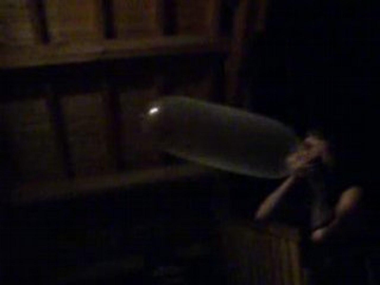 Bloem, gonflage de capote en pleine night sur un balcon.