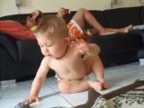Mon fils ki marche a 4 pattes 2