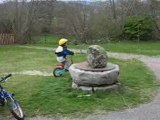 14.04.2008 15h44 film enzo fait du vélo sans roulette !!